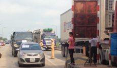 Hàng chục xe ben treo băng rôn, diễu hành phản đối thu phí BOT
