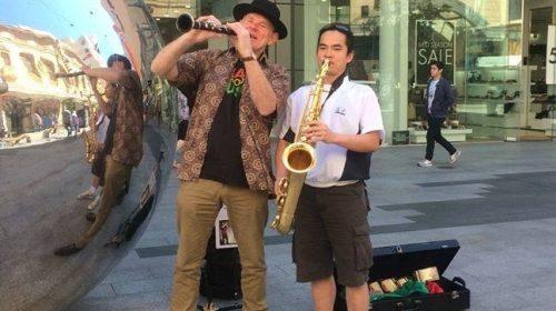 Màn biểu diễn nhạc cách mạng giữa đường phố Australia