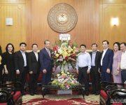 Thứ trưởng Bộ Ngoại giao Đặng Minh Khôi trao tiền quyên góp ủng hộ đồng bào bị lũ lụt