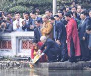 Tổng bí thư, Chủ tịch nước Nguyễn Phú Trọng cùng kiều bào thả cá chép