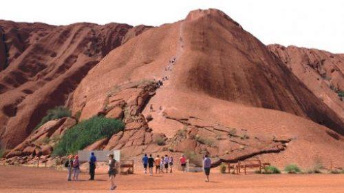 Du lịch Úc: Khám phá núi đá thiêng Uluru và trải nghiệm mùa xuân ngược ở Ayers Rock