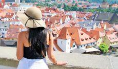 24 tuổi, du lịch suốt ngày, nhưng mỗi tháng cô gái này kiếm gần 1,6 tỷ đồng về cho công ty