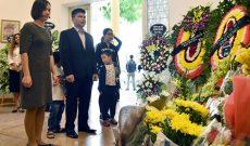 Người dân đặt hoa tưởng nhớ cựu chủ tịch Cuba Fidel Castro